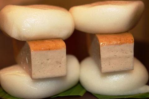 Những chiếc bánh dày kẹp chả quế là món ăn sáng ngon miệng của nhiều người ở Sài Gòn.