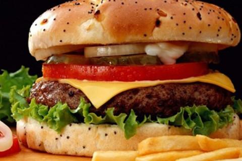 Sau một thế kỷ từ ngày ra đời, hamburger ngày càng trở nên phổ biến và phát triển đến mức 60% bánh kẹp thịt trên thế giới là hamburger - Ảnh: Franchise Focus