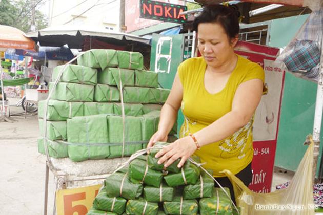 Chị Nguyễn Thị Nhiễu một trong số những người đang vẫn cố gắng giữ nghề bánh.
